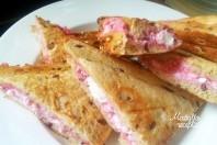 Karšti sumuštiniai su varške ir trintomis uogomis